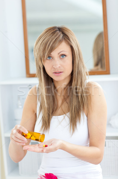 Kaukasisch blond vrouw pillen naar Stockfoto © wavebreak_media