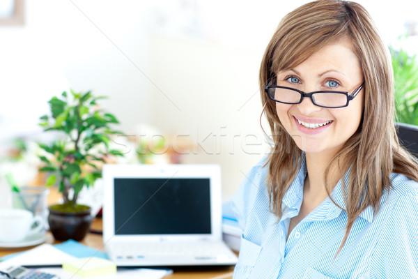 Foto d'archivio: Imprenditrice · sorridere · fotocamera · seduta · ufficio