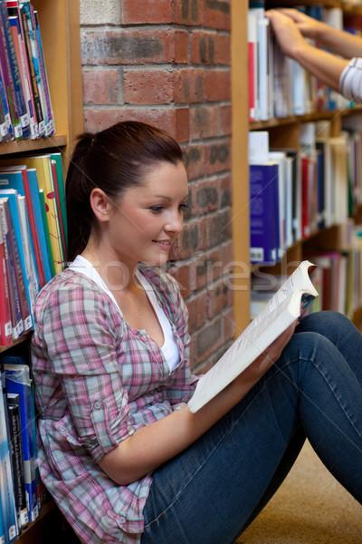 かなり 若い女性 読む 図書 座って 階 ストックフォト © wavebreak_media