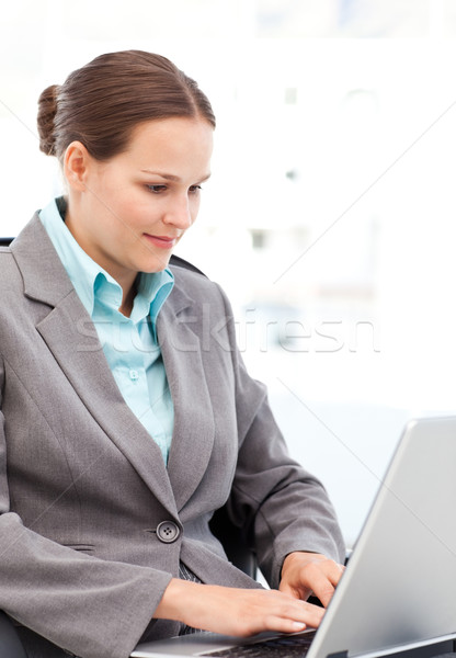 Fiatal üzletasszony dolgozik laptop irodai munka számítógép Stock fotó © wavebreak_media