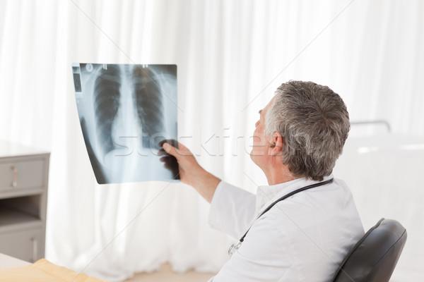 Starszy lekarza patrząc xray biuro uśmiech Zdjęcia stock © wavebreak_media