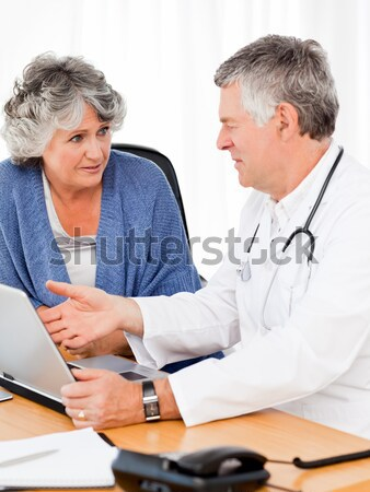 Stockfoto: Arts · praten · patiënt · familie · hand · vrouwen