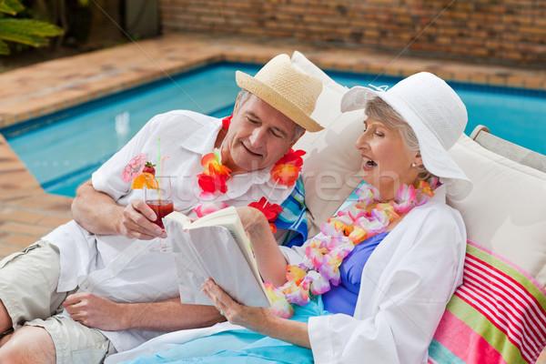 Mulher madura leitura livro marido potável coquetel Foto stock © wavebreak_media