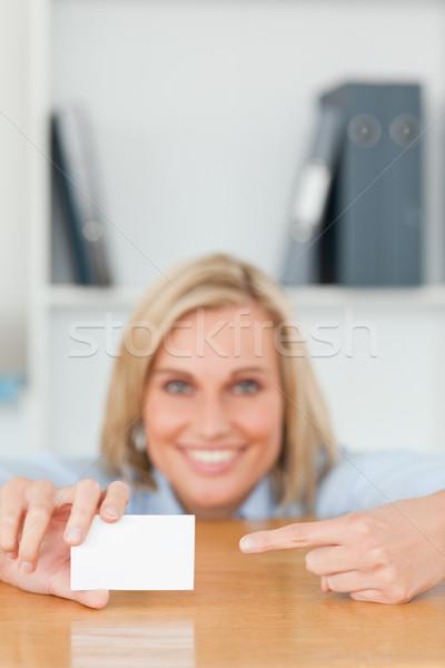 Stock fotó: üzletasszony · mutat · kártya · guggol · mögött · asztal