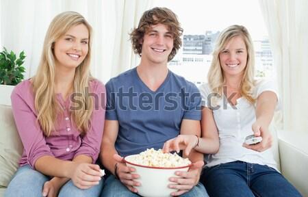 женщины смотрят фильма еды попкорн Сток-фото © wavebreak_media
