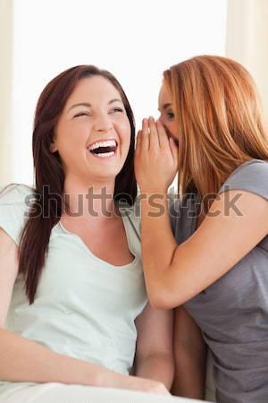 Glimlachend jonge vrouw vriend geheime woonkamer glimlach Stockfoto © wavebreak_media