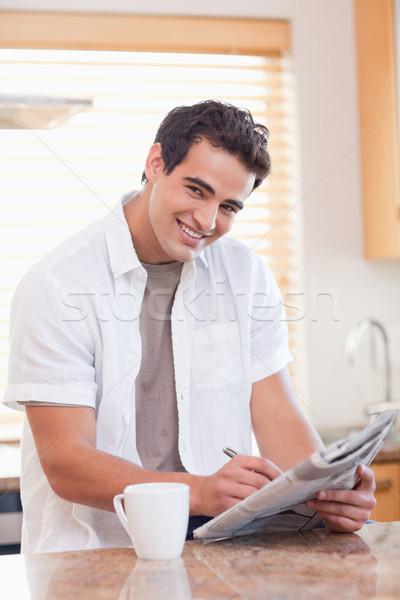 Mosolyog fiatalember keresztrejtvény puzzle konyha mosoly Stock fotó © wavebreak_media