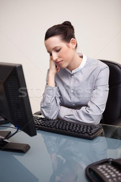Jóvenes mujer de negocios sesión aburrido escritorio ordenador Foto stock © wavebreak_media