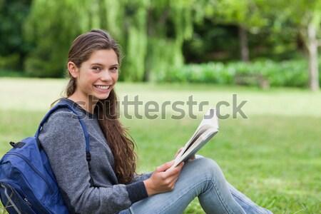 小さな 笑顔の女性 送信 文字 座って ストックフォト © wavebreak_media