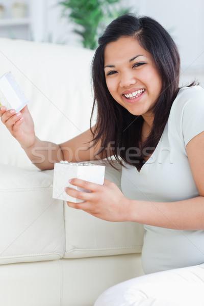 Vrouw glimlachen Open geschenkdoos woonkamer venster Stockfoto © wavebreak_media