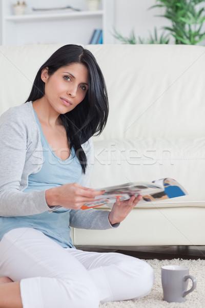 женщину журнала сидят полу кружка Сток-фото © wavebreak_media