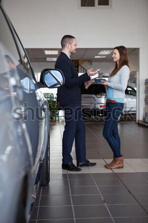 Vrouw glimlacht verkoper auto winkel weg Stockfoto © wavebreak_media