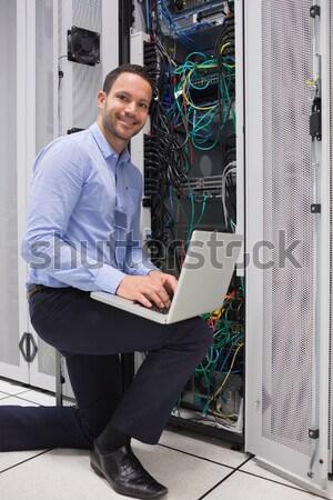 濃縮された 技術者 データストレージ ノートパソコン コンピュータ 作業 ストックフォト © wavebreak_media