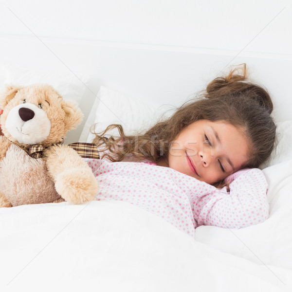 Meisje slapen teddybeer bed huis kind Stockfoto © wavebreak_media