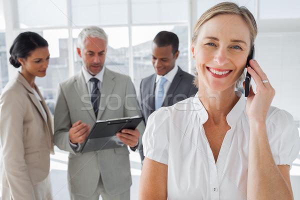 Uśmiechnięta kobieta telefonu rozmowy koledzy pracy za Zdjęcia stock © wavebreak_media