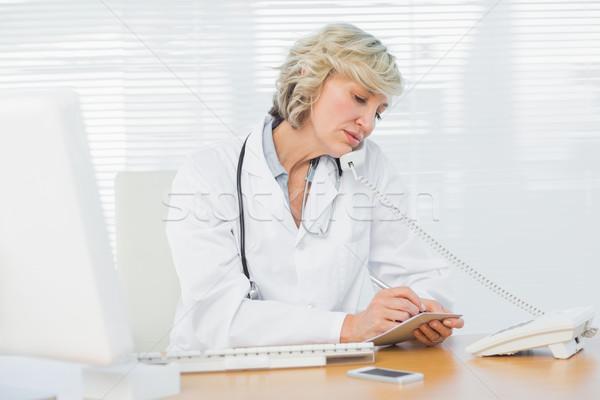 Női orvos telefon számítógép orvosi iroda Stock fotó © wavebreak_media