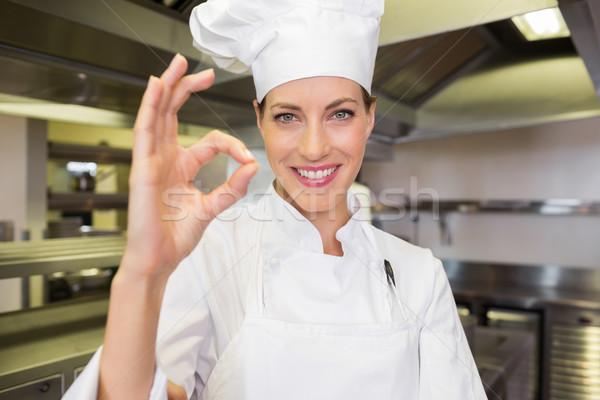 Sorridente feminino cozinhar okay assinar Foto stock © wavebreak_media