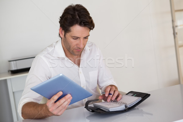 случайный бизнесмен графика столе служба Сток-фото © wavebreak_media