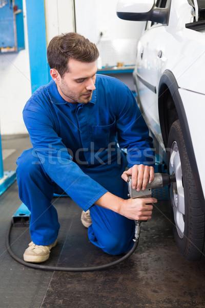 Foto d'archivio: Meccanico · pneumatico · ruota · riparazione · garage · servizio