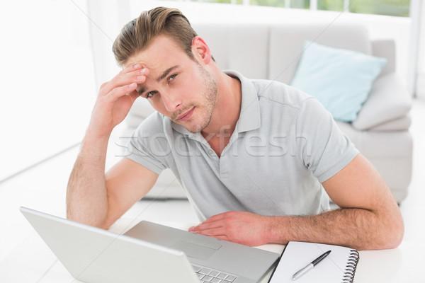 Ansioso empresário usando laptop caderno escritório computador Foto stock © wavebreak_media