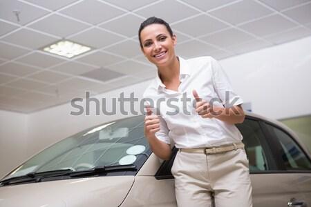 Vásárló áll tart slusszkulcs új autó bemutatóterem Stock fotó © wavebreak_media