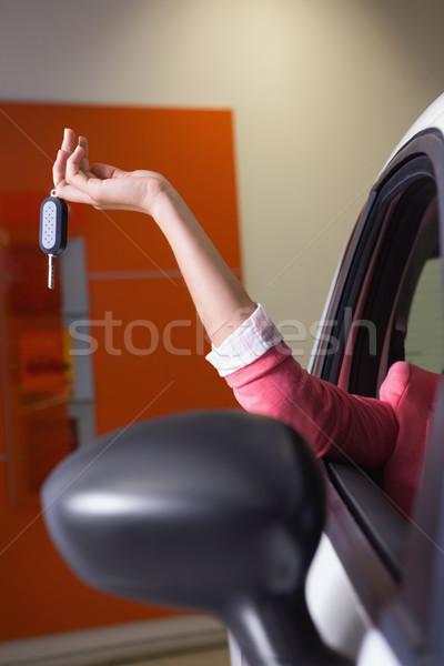 Kéz tart slusszkulcs új autó bemutatóterem nő Stock fotó © wavebreak_media