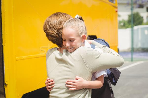 Anya ölel lánygyermek iskolabusz kívül általános iskola Stock fotó © wavebreak_media
