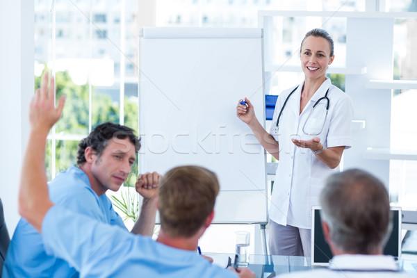 Equipo médicos lluvia de ideas hombre feliz Foto stock © wavebreak_media