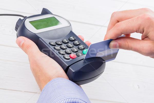 Homme carte de crédit table en bois Shopping Finance broches Photo stock © wavebreak_media