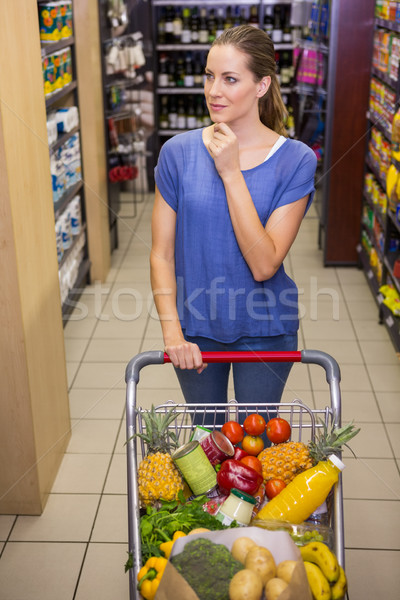 Nadenkend mooie vrouw voortvarend gangpad supermarkt vrouw Stockfoto © wavebreak_media