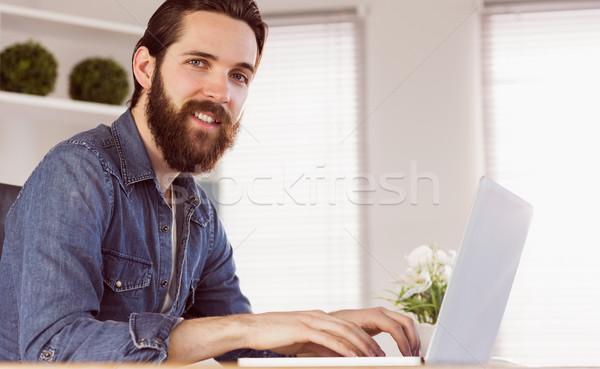 Hipszter üzletember dolgozik asztal iroda számítógép Stock fotó © wavebreak_media