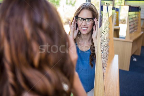 Mulher bonita compras novo óculos feminino sorridente Foto stock © wavebreak_media