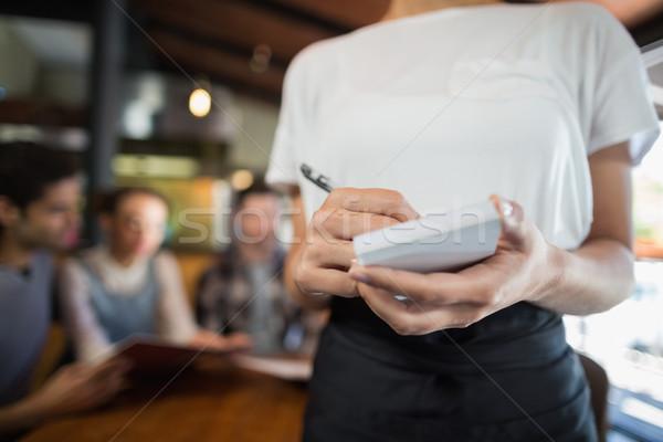 Camarera escrito clientes restaurante hombre Foto stock © wavebreak_media