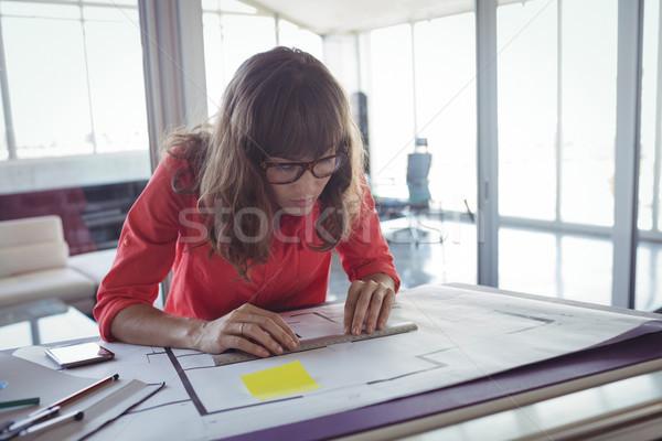 Koncentruje kobiet projektant wnętrz pracy biuro działalności Zdjęcia stock © wavebreak_media