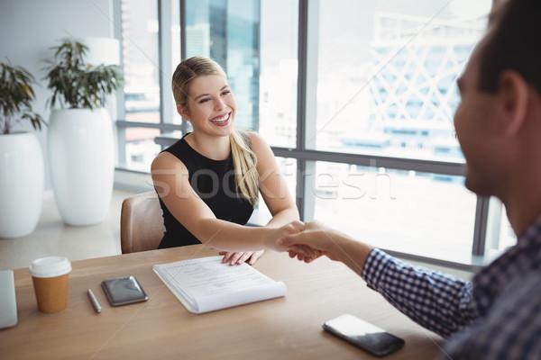 Glimlachend handen schudden bureau kantoor vrouw Stockfoto © wavebreak_media