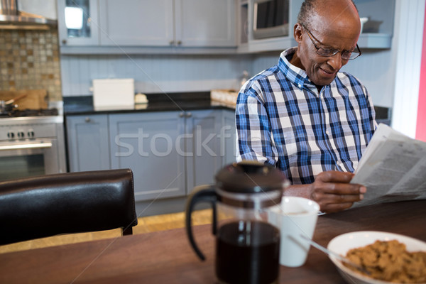 Man lezing krant ontbijt tabel keuken Stockfoto © wavebreak_media