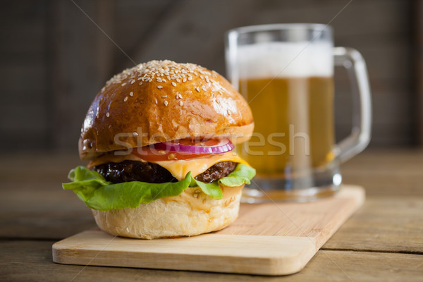 Burger vidrio cerveza tabla de cortar primer plano alimentos Foto stock © wavebreak_media