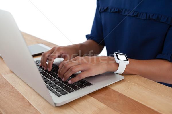 Zakenvrouw met behulp van laptop tabel kantoor groene Stockfoto © wavebreak_media