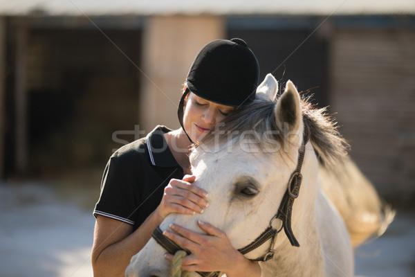 Vrouwelijke jockey paard schuur permanente Stockfoto © wavebreak_media