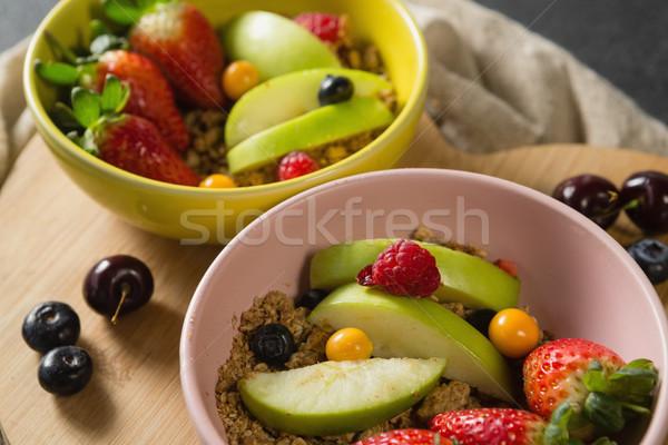 Tálak reggeli gabonafélék gyümölcsök vágódeszka fitnessz Stock fotó © wavebreak_media
