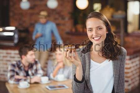 Mosolyog többnemzetiségű barátok ül kávéscsészék mobiltelefonok Stock fotó © wavebreak_media