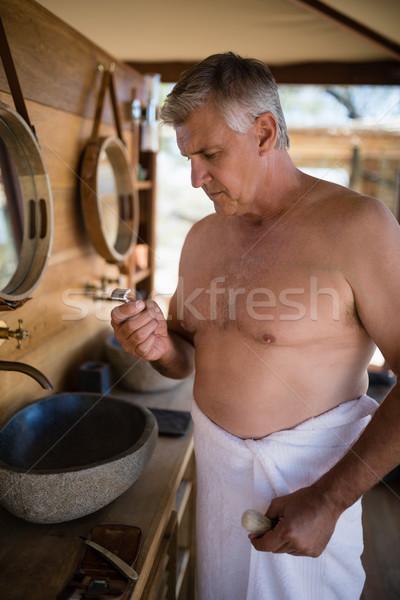 Férfi néz borotva kunyhó szafari vakáció Stock fotó © wavebreak_media