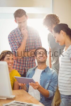 üzletemberek néz digitális tabletta tárgyalóterem boldog Stock fotó © wavebreak_media