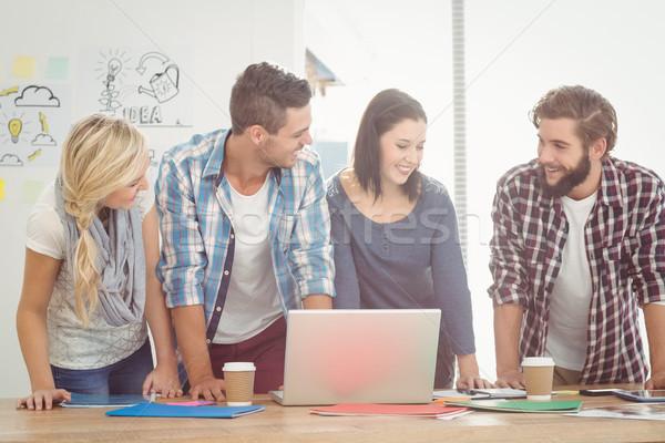 Mosolyog üzletemberek görbület áll asztal számítógép Stock fotó © wavebreak_media
