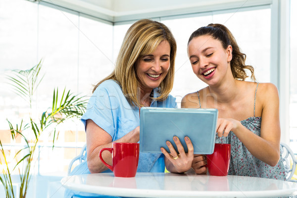 Сток-фото: матери · дочь · Смотреть · таблетка · кухне · компьютер