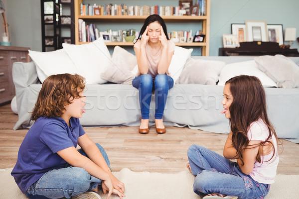 Bambini giocare madre seduta divano primo piano Foto d'archivio © wavebreak_media