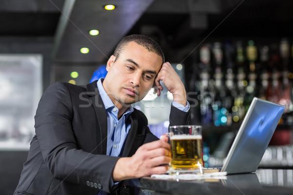 Zmartwiony biznesmen pitnej piwa bar technologii Zdjęcia stock © wavebreak_media