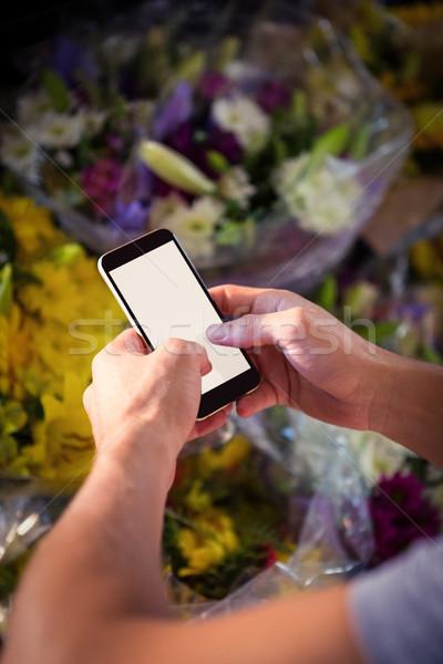 Férfi virágárus sms üzenetküldés mobiltelefon virágüzlet virág Stock fotó © wavebreak_media