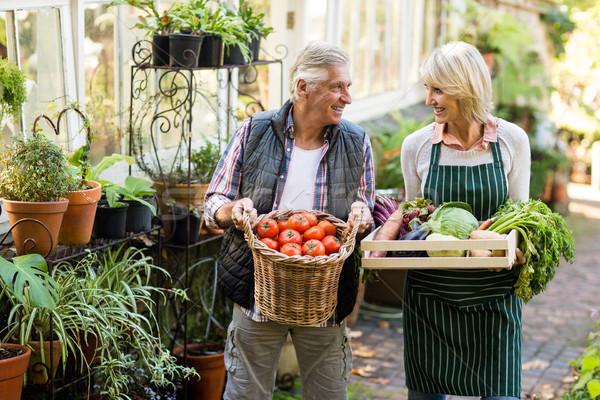 Paar verse groenten gelukkig buiten broeikas Stockfoto © wavebreak_media