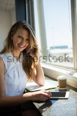женщину цифровой таблетка кофейня красивая женщина ресторан Сток-фото © wavebreak_media